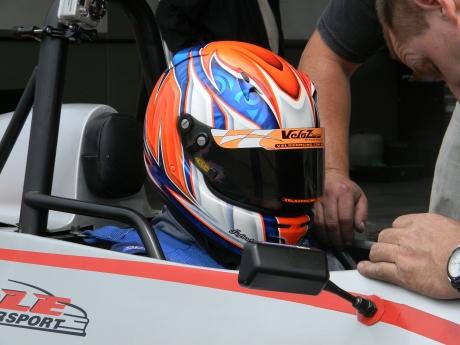 Victor Miranda no carro da equipe Pole