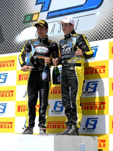 A equipe RR Racing juntos no pódio